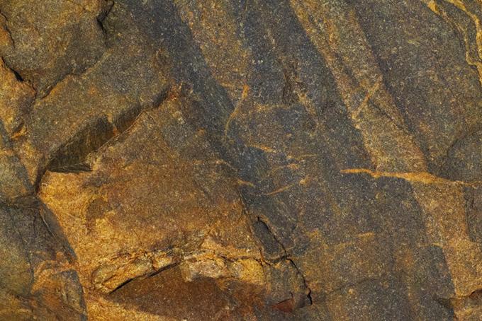 金色の筋の入った岩のテクスチャ