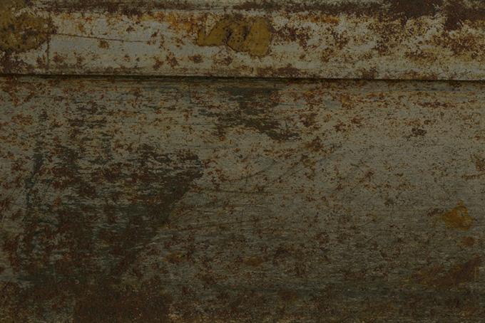 茶色いサビと傷がある金属