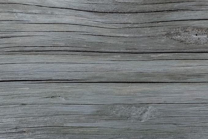 白く乾燥した木の質感