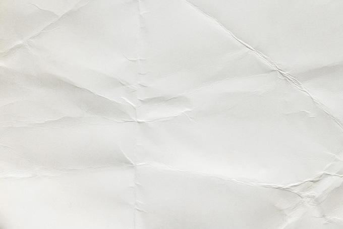 折れ目の沢山入った白い紙