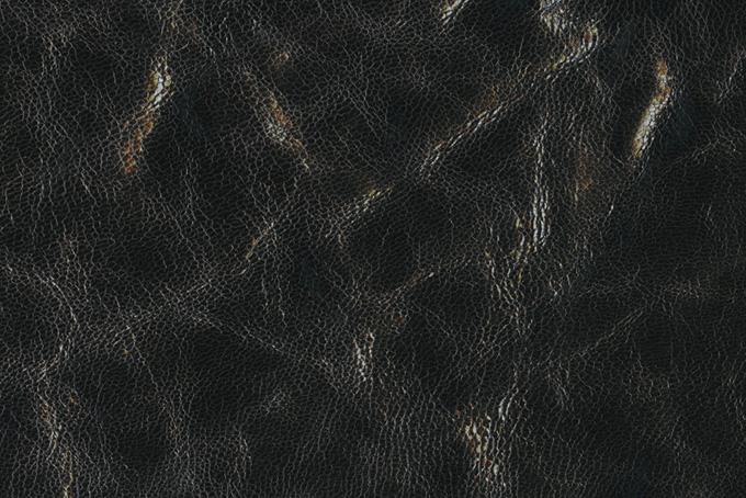 光沢のある黒皮素材