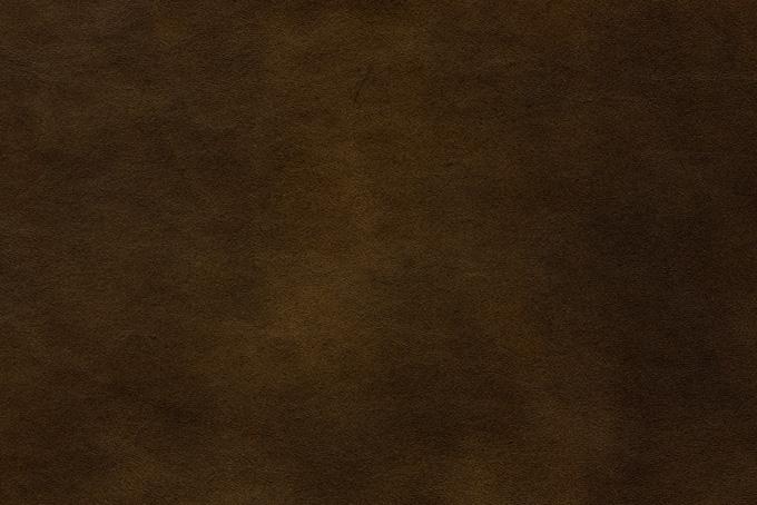 皺と斑のある焦茶色の牛革