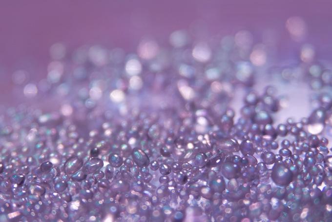 キラキラと光る紫色のガラスの粒