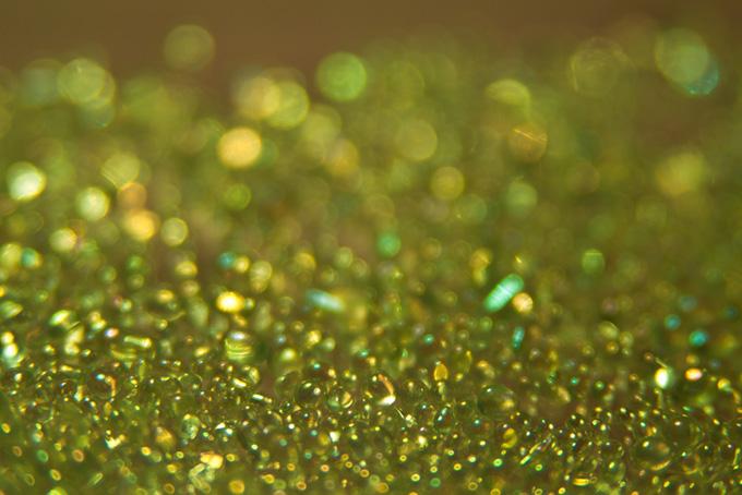 キラキラとした黄色い光を放つ雫
