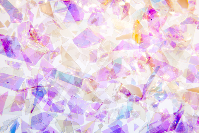 ステンドグラス風の美しいキラキラの破片