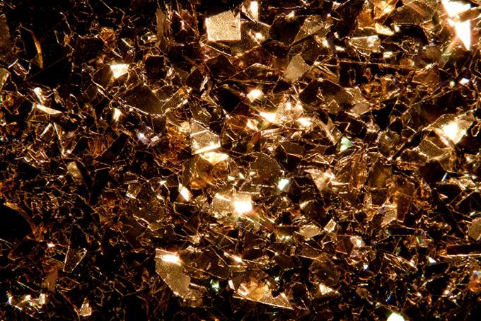金色にきらめくキラキラの金属の欠片