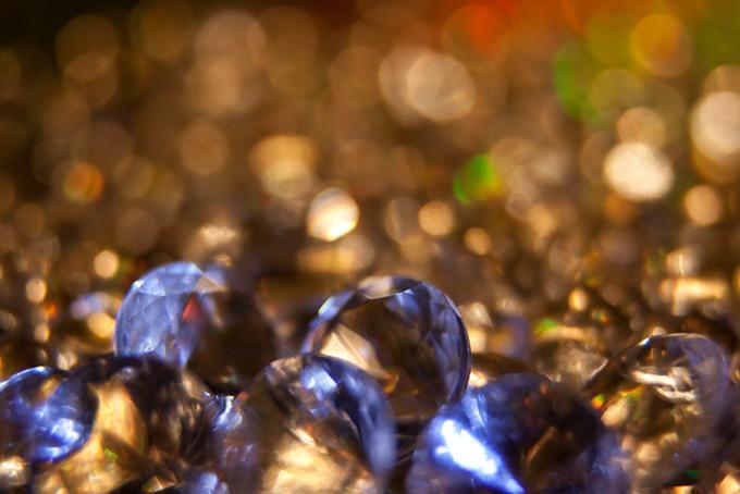 青い光を反射する宝石