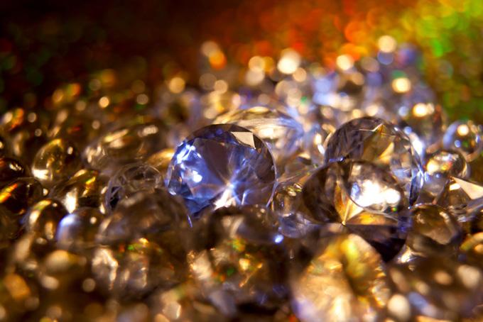 眩く光る宝石のイミテーション