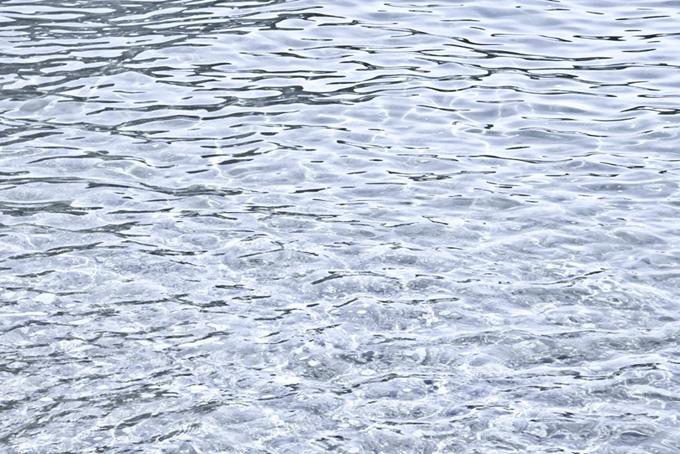 メタルの様に輝く水面