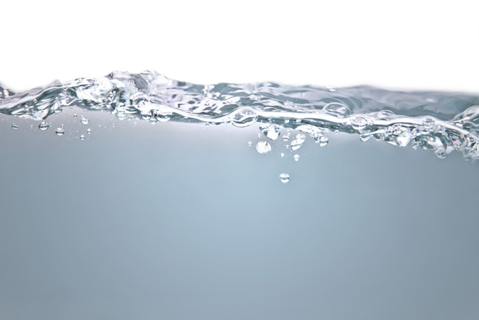 ざわめく水面と水中