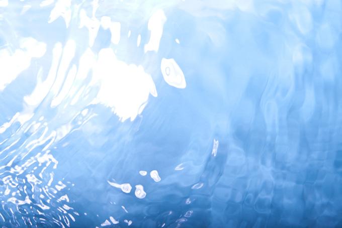 水面と波紋(水の背景フリー画像)