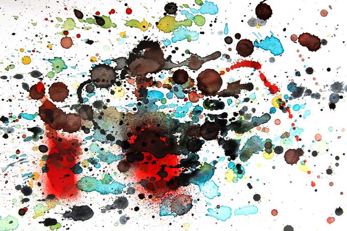 水彩絵具が飛び散った白い紙