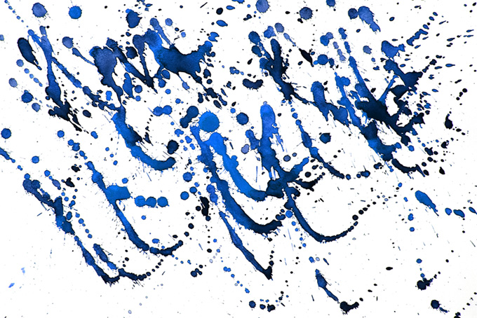 青い絵具が飛散した紙のテクスチャ