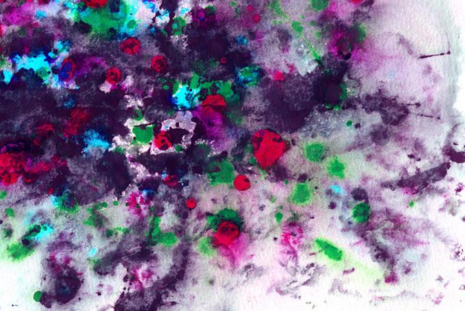 紙に広がる野花のような水彩模様