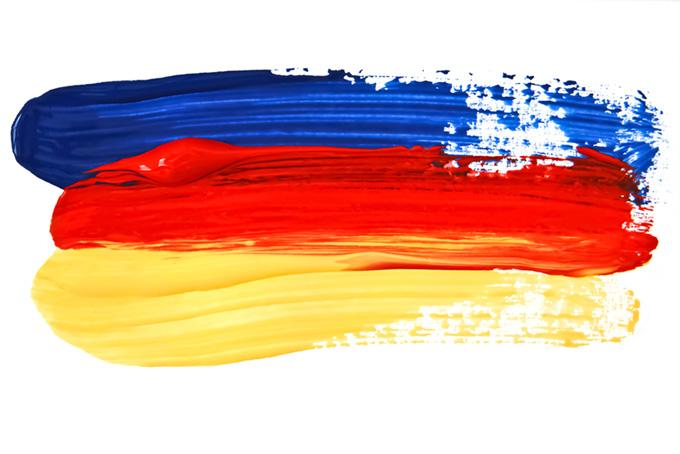 横に塗った紺赤黄の水彩絵具のシンプルな線
