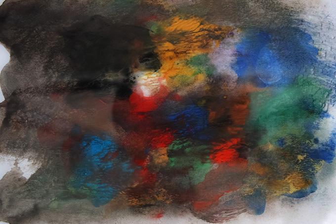 カラフルな絵具が薄黒に滲む背景素材