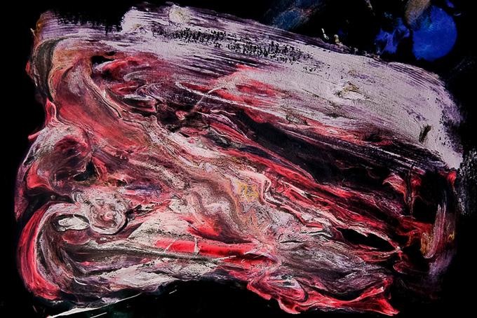 黒い背景に白と赤の絵具が混ざる画像(水彩 絵の具のフリー画像)