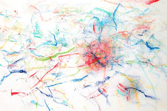 カラフルなクレヨンの線と画用紙
