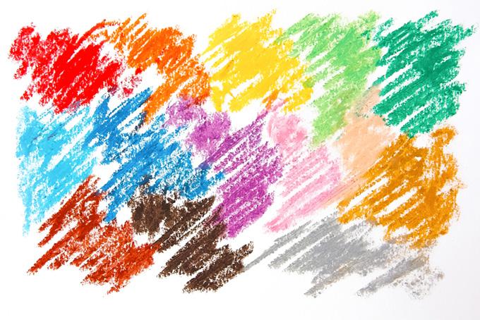 14色のクレヨンを塗ったカラフルな画用紙