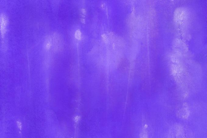 にじみと筋がある紫の水彩模様の画像