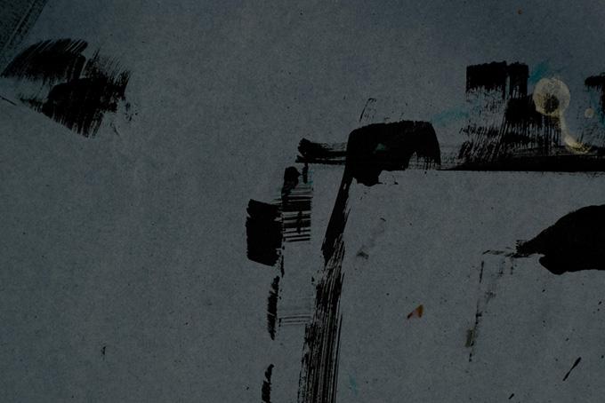 グレーの地に掠れた黒の刷毛跡