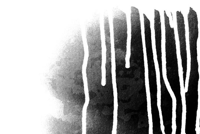 滴る白い絵具と黒い吹付け背景(水彩 白黒のフリー画像)