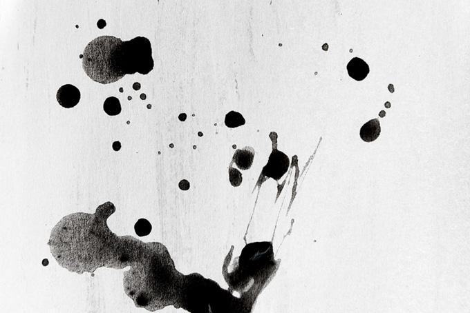 ポタポタと紙に落ちた墨汁のテクスチャ(水彩 墨のフリー画像)