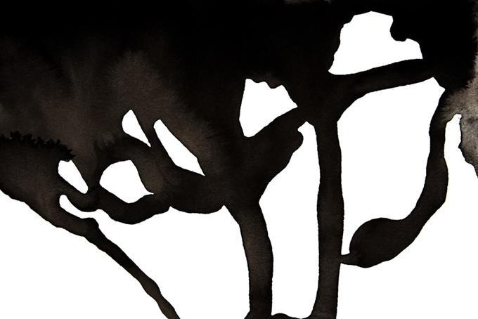 垂れる黒い墨と白い背景素材(水彩 墨のフリー画像)