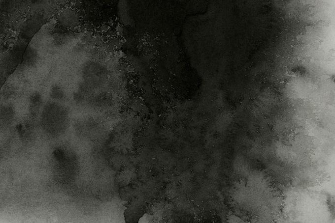黒墨のニジミが染み渡る紙のテクスチャ