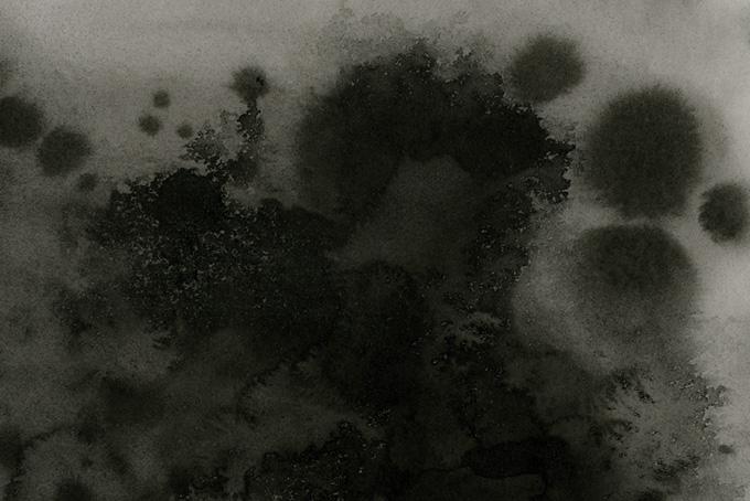 濃墨と薄墨が紙に滲む和風背景(水彩 モノクロのフリー画像)