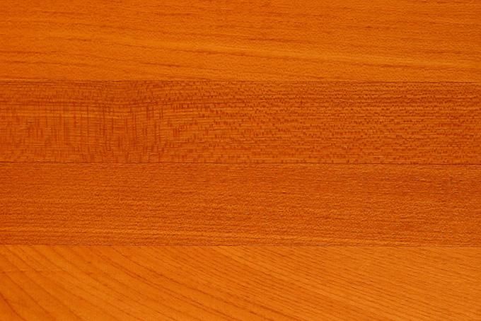 細かい木目の赤茶色のオーク板