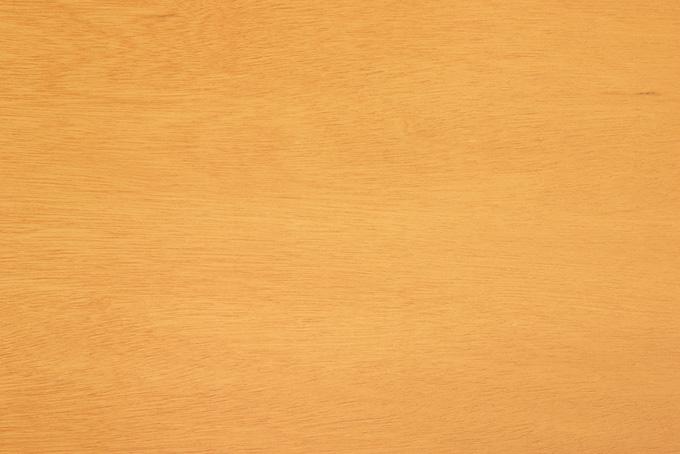 浅い木目が残る黄色い木板
