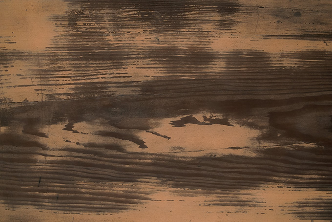 土のついた和風の板の写真(木目 テクスチャのフリー画像)