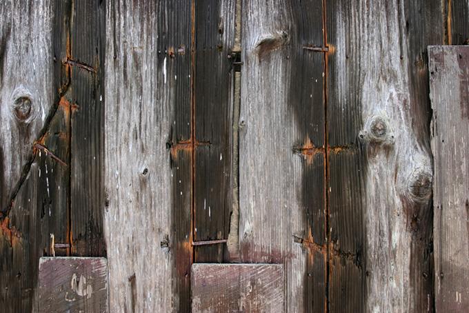 打付けられた白い木の板