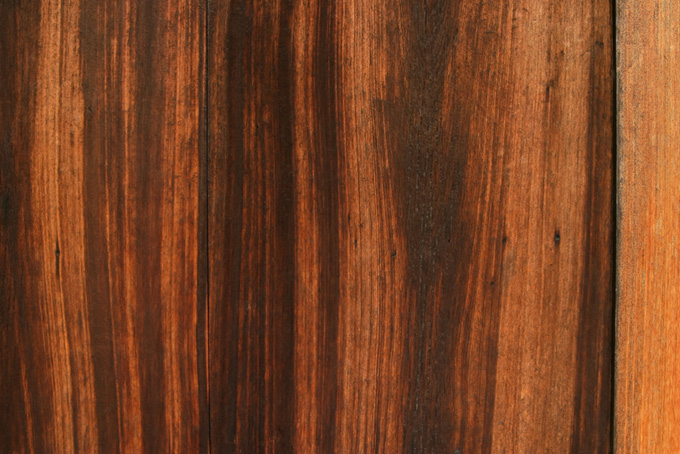 黒く焼けた杉板