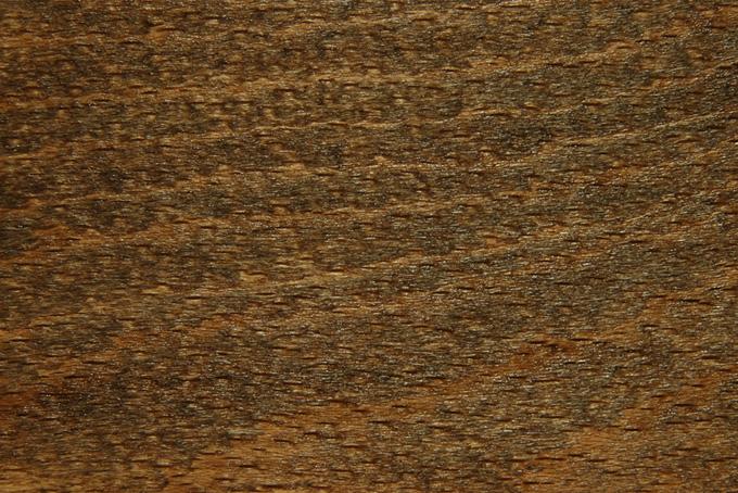 光沢のある黒い木肌