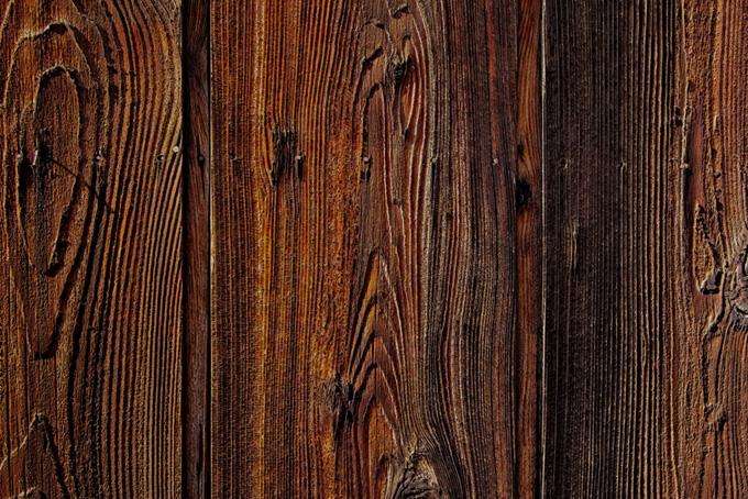 木目の凹凸がある板
