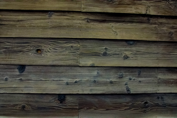 古びた白い木板の壁